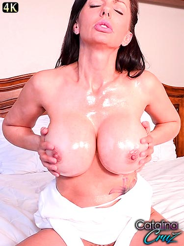 Catalina Cruz live on webcam oiling up her large tits and finger banging