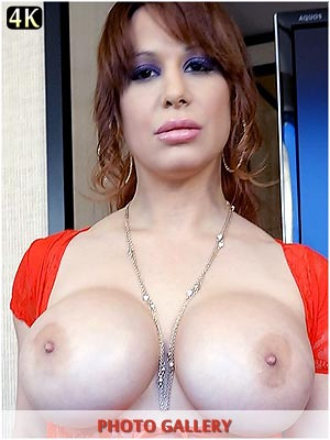 Alyssa Lynn xxx pictures of her huge boobs popping out