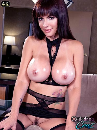 Catalina Cruz oils up her huge breasts in virtual reality